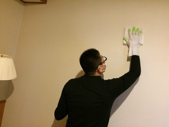 ホテルの壁面のヤニ汚れをきれいにクリーニングします