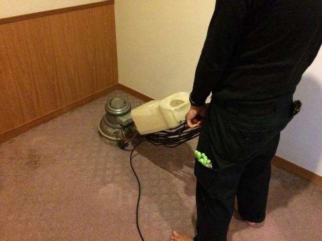 ホコリや食べこぼしで汚れた床、カーペットもキレイにクリーニング